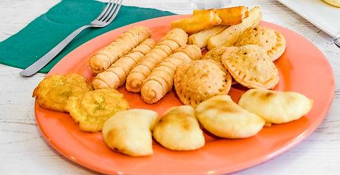 Combo di 2pastel, 2empanada, 2tequeño, 4fette di platano schiacciato (tostones), 4bastoncini di yucca