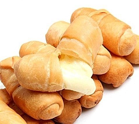Bastoncini di farina di grano fritti e farciti di formaggio