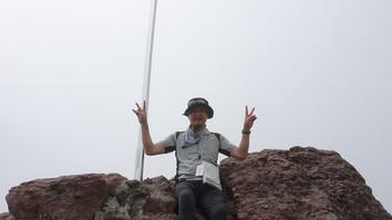 山頂の大剣の前でバンザイ