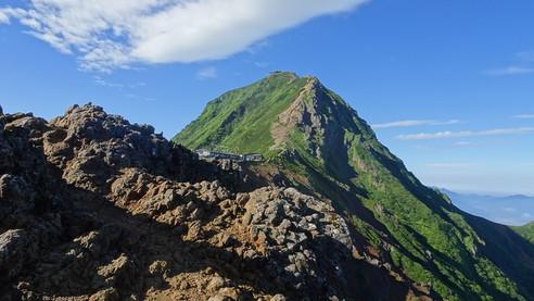 稜線より赤岳を望む