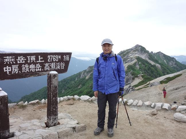 燕岳を背に燕山荘前