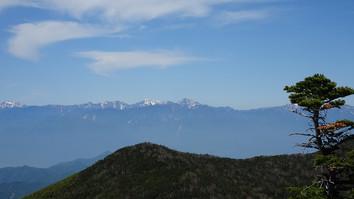 手前に八ヶ岳、後ろに北岳を望む