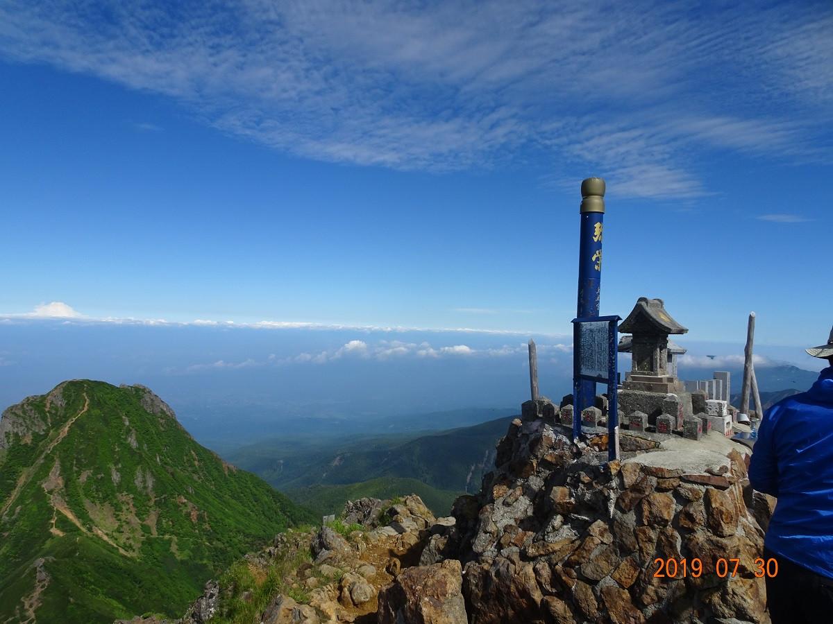 山頂の祠と阿弥陀岳(左)