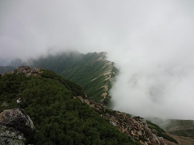 大天井岳山頂から燕岳方面を振り返る