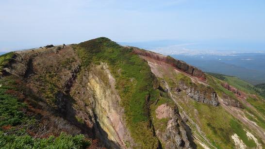 赤倉岳と陸奥湾(右奥)を望む