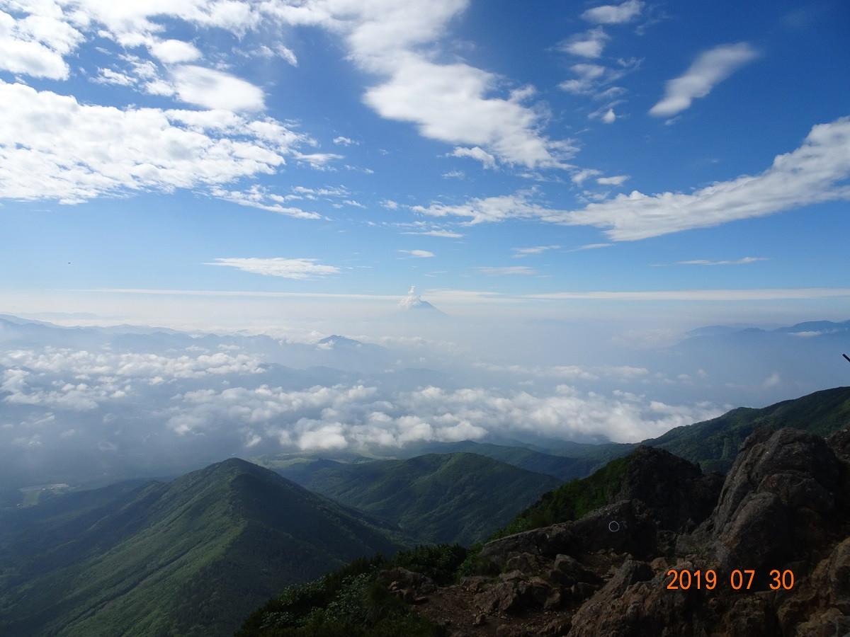 ちょこっと顔を見せる富士山