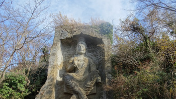 巨大な摩崖仏