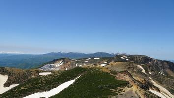 山頂より火口、飯豊連峰の山々を望む