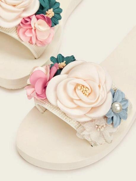 Chancletas con diseño aplique floral
