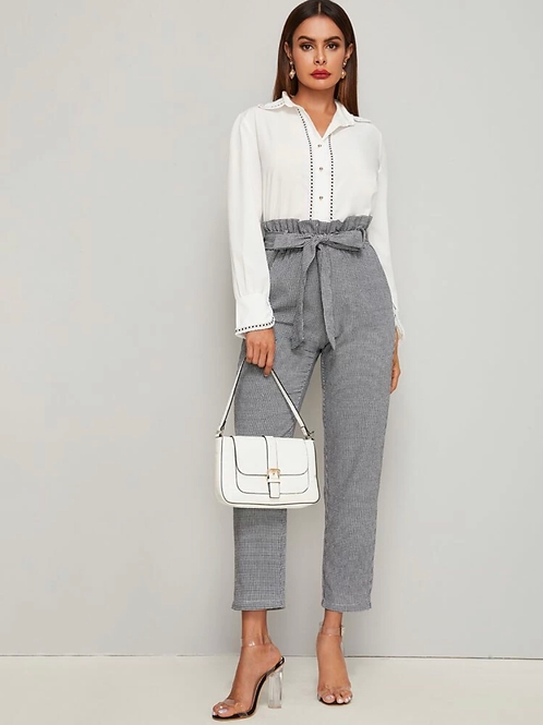 Pantalones con cuadros y cinturón