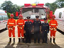 2010.10.30 民族フォーラムから寄贈した消防車と隊員と上司.JPG