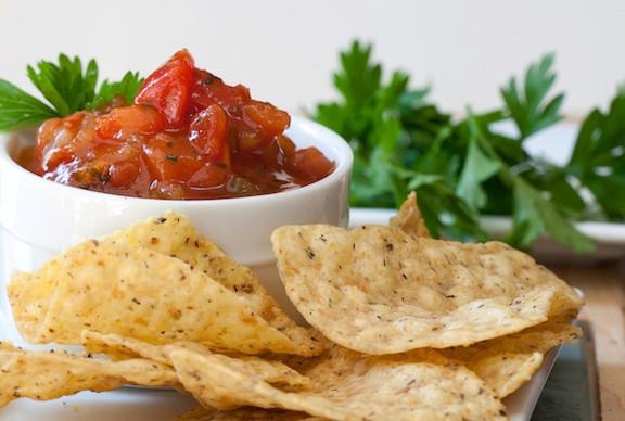 """¿Qué tanto engordan los """"chips de tortilla"""" con salsa?"""