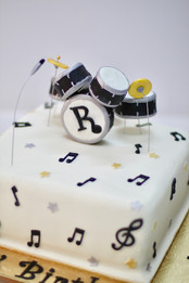 A drum kit cake