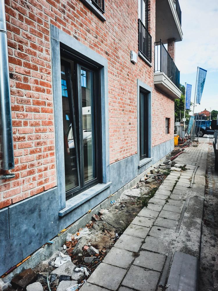 Plaatsen van arduinen plinten, dorpels en portalen