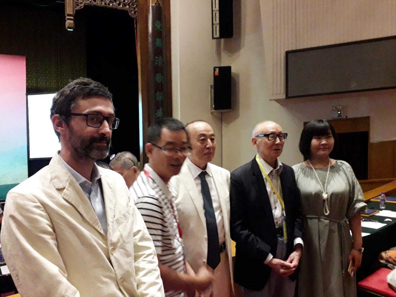 Nella foto Andrea Pescio, e al centro Mr Wang Jong, convocatore del Comitato curatoriale dell'ottava edizione della Biennale di Pechino