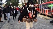 """H """"Ελληνική Παράδοση"""" με αποκριάτικα στο Σύνταγμα, στην Ερμού και στο Μοναστηράκι."""