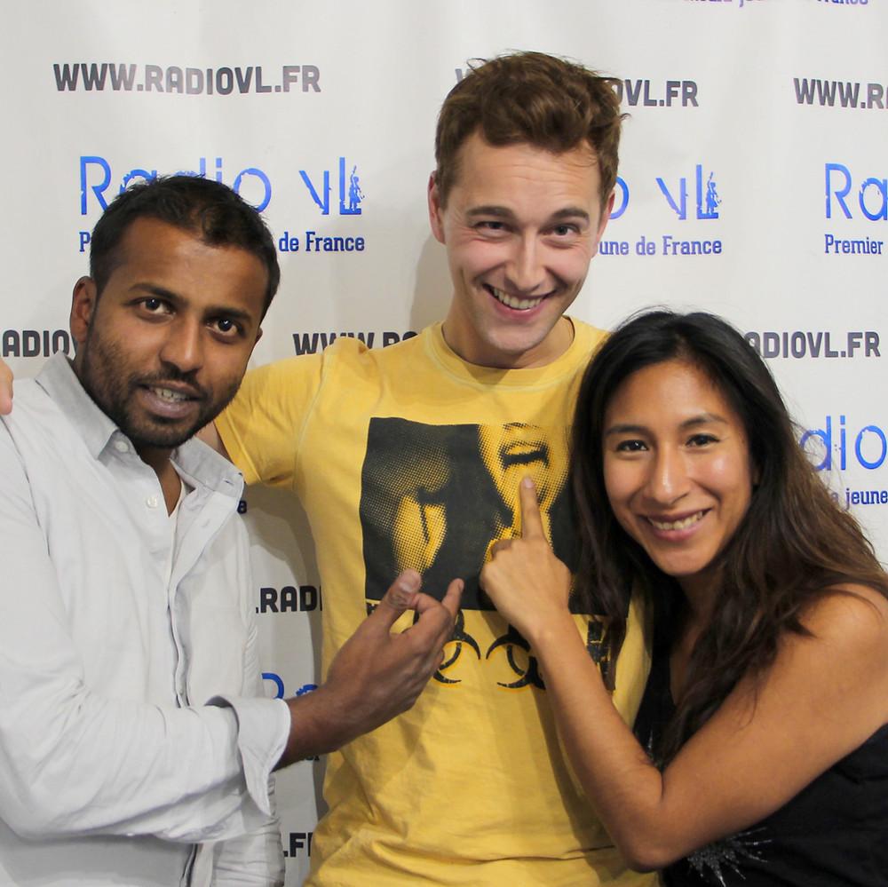 Le chanteur Christophe Madrolle accompagné de Sarah et Raju lors de l'After School sur Radio VL.