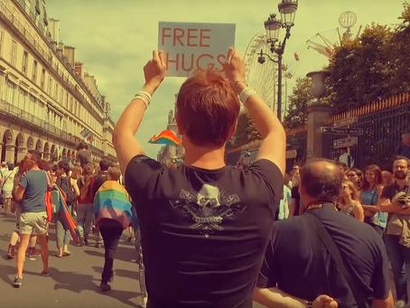FREE HUGS À LA MARCHE DES FIERTÉS