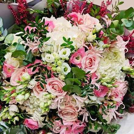 bouquet_roses_pale.jpg