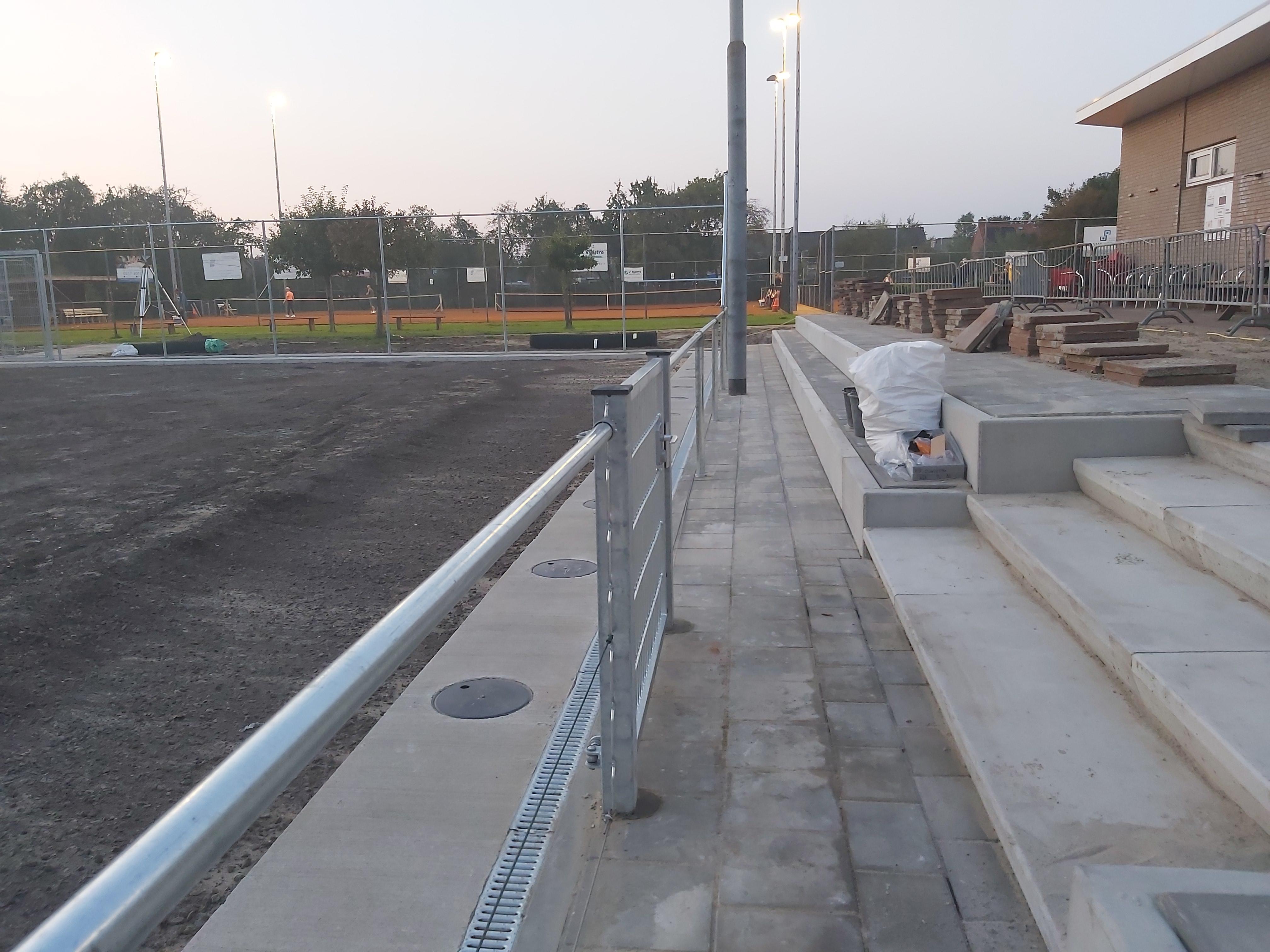 056 De grondankers met betonrand zijn gereed