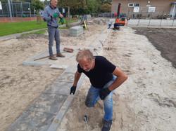 047 Vrijwilliger Piet Kuiken en voorzitter Bert Hartendorp werken keihard mee.