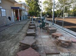 066 Het terras wordt bestraat.