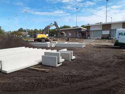 039 De betonnen elementen gaan een tribune vormen.