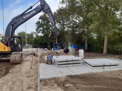 046 De betonplaten voor het electriciteitshuis
