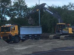 028 De heuvel wordt afgegraven en de grond als retourvracht afgevoerd.