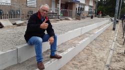 049 Vrijwilliger Tiedo de Boer puft even uit na het harde werken op de nieuwe tribune.