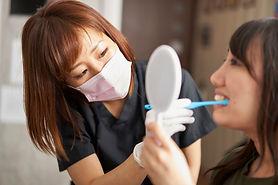 患者さんの口腔ケアをする歯科衛生士