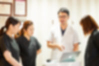 訪問歯科診療で情報交換をする歯科医師と歯科衛生士