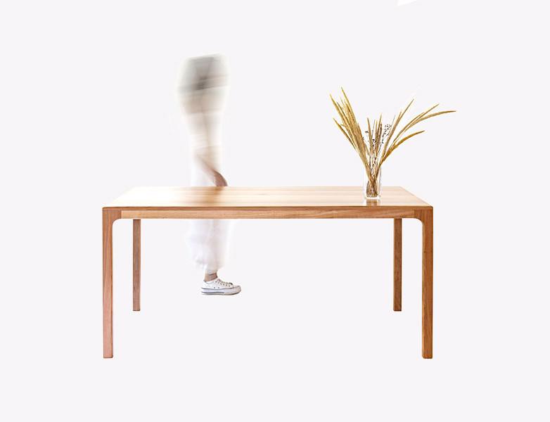 mesa con fantasma.jpg