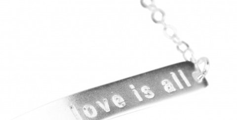 Love is all armband silfur
