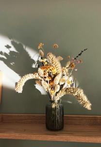 La maison est décorée dans un esprit zen