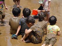 思い切り、泥んこ遊び