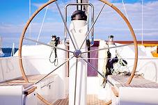 Dirigir la rueda en un barco