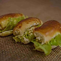 Minissanduíches de pão de cebola