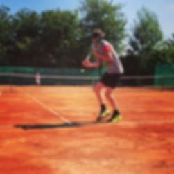 Jeunes jouant sur les terrains de tennis extérieurs en terre battue de l'Académie Pau Pyrénées
