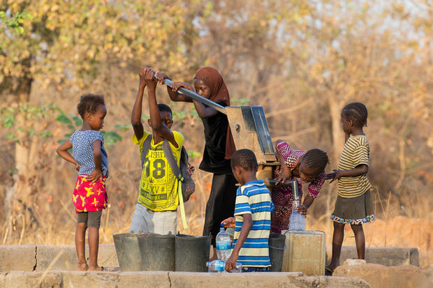 _H2P9830 Children at the well.jpg