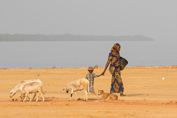 _A5A9910 Woman & child - Tendaba .jpg