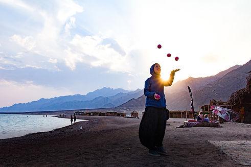 woman-at-the-beach-juggling-3906022.jpg