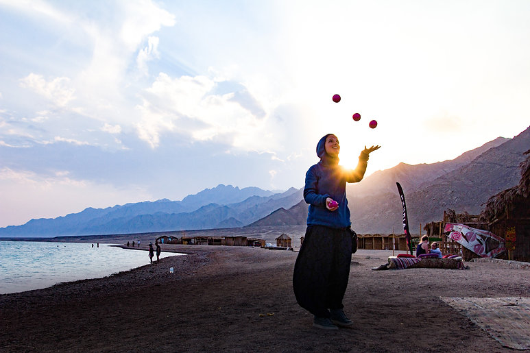 woman-at-the-beach-juggling-3906022.jpg