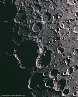 Dans l'ombre,  le grand cratère Maurolyc