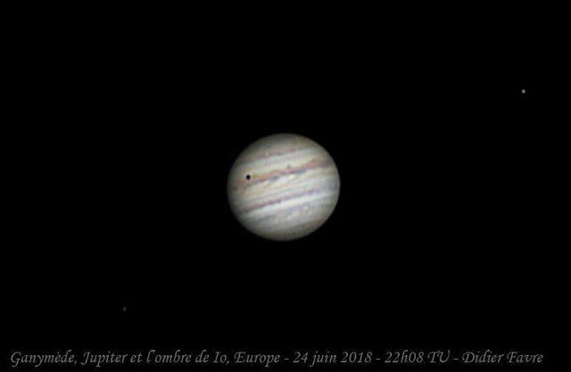L'ombre de Io projetée sur les nuages de