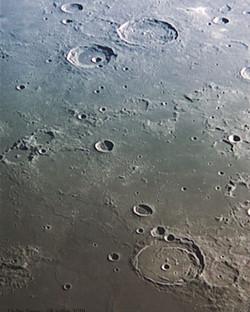 Surface lunaire avec les cratères Atlas