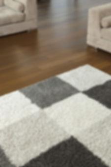 Tapis sur le plancher en bois