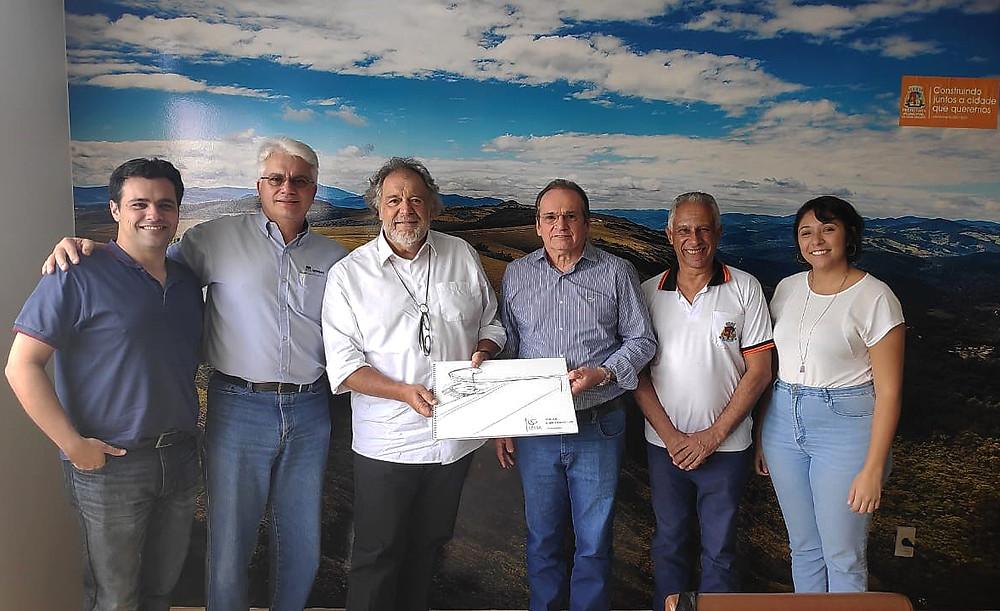 A entrega do projeto em Ouro Branco com Bruno Castilho, Hermênio Gonçalves, Gustavo Penna, Hélio Campos, Celso Vaz e Fernanda Freitas.