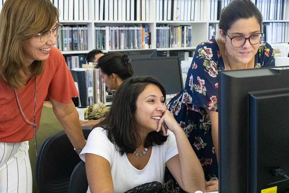 As coordenadoras do projeto Gustavo Penna 73/23 e a estudante Fernanda Freitas no escritório GPA&A.