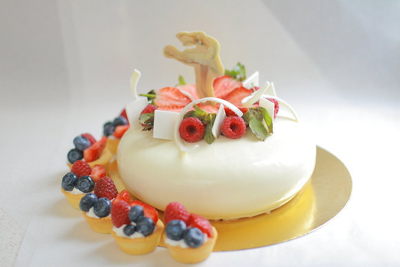 Торт для девочек с шоколадным декором